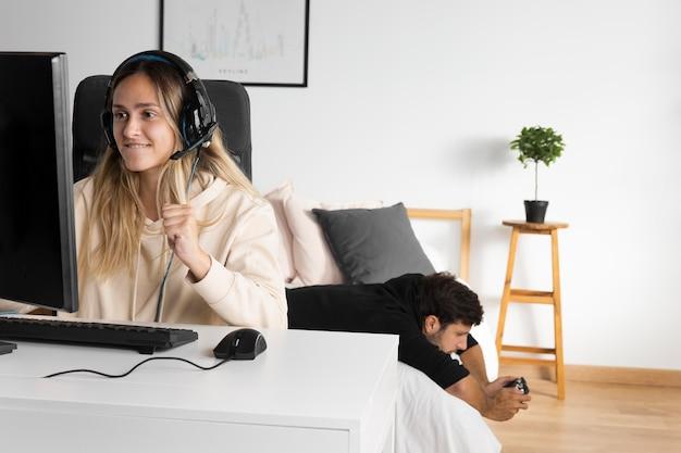 ゲームをしているミディアムショットの女性 無料写真