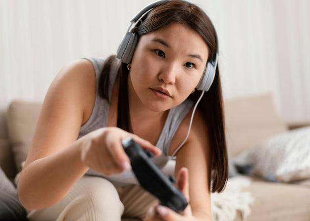 ビデオゲームをしているミディアムショットの女性