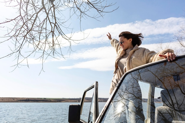 バンでポーズをとるミディアムショットの女性