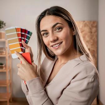 Женщина среднего размера позирует с цветовой палитрой