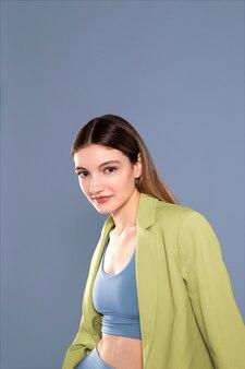 Средний снимок женщины, позирующей