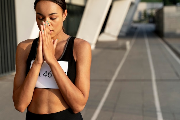 Средний выстрел женщина молится на открытом воздухе