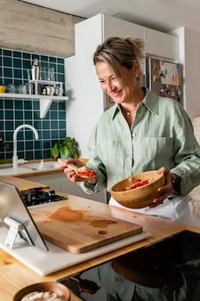 Средний выстрел женщина готовит еду