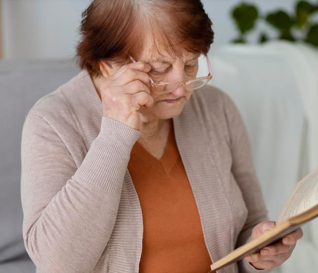 중간 샷 여자 읽기 책
