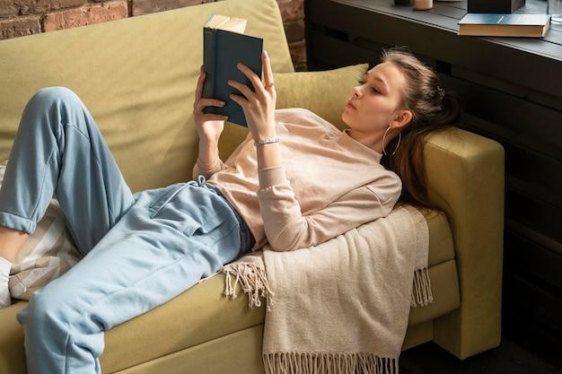 本を読んでミディアムショットの女性