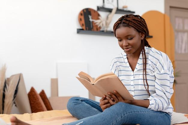 Libro di lettura della donna a tiro medio