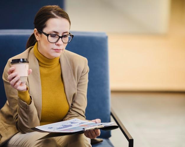 ミディアムショットの女性が紙を読む