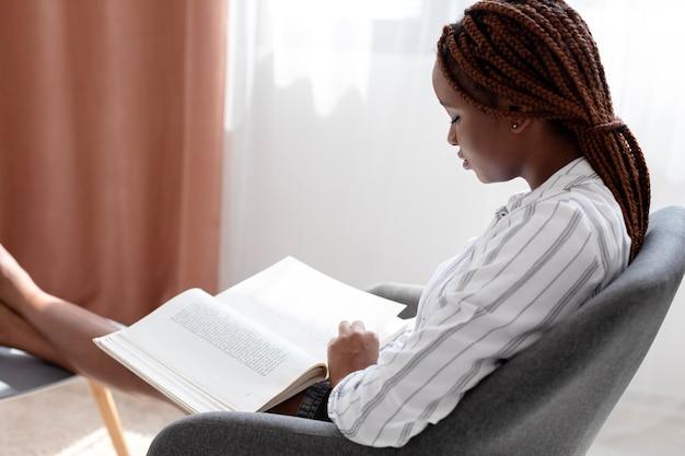 ミディアムショットの女性の読書