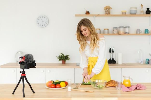 Средний выстрел женщина записи на кухне