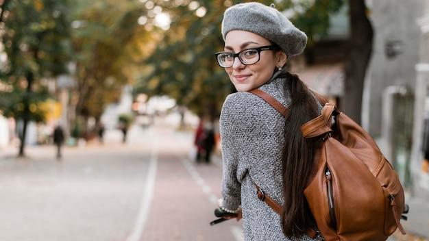Средний снимок женщины на велосипеде