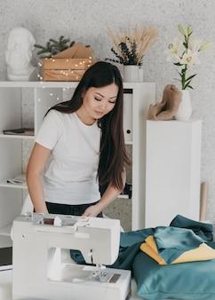 미디엄 샷 여자 바느질하기 기계