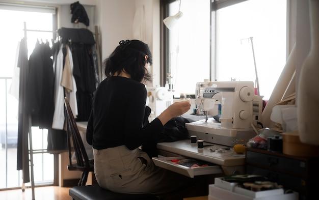 ミディアムショットの女性の縫製