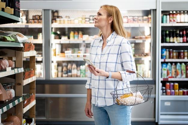 Colpo medio donna in negozio