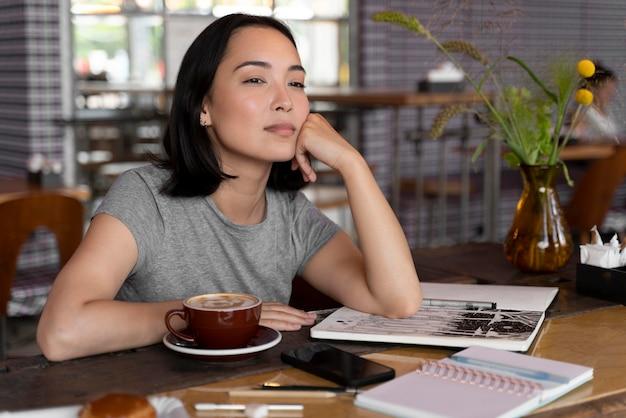 테이블에 앉아 중간 샷 여성