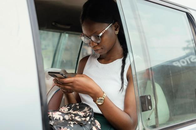 Donna del colpo medio che si siede in macchina