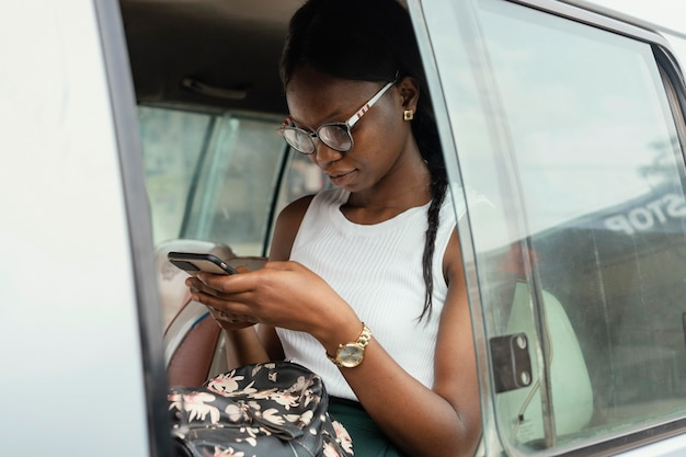 車に座っているミディアムショットの女性