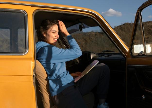 Среднего выстрела женщина, сидящая в машине
