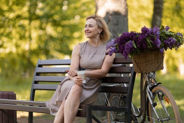 ベンチに座っているミディアムショットの女性