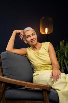 의자에 앉아 미디엄 샷 여성