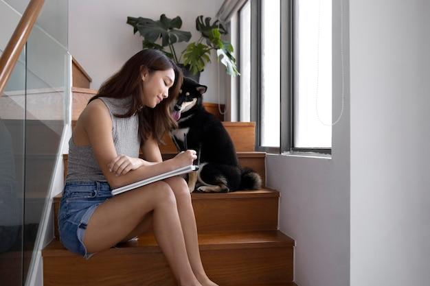 階段に座っているミディアムショットの女性
