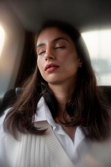 Среднего выстрела женщина спит в машине
