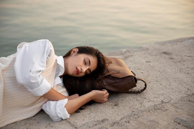 Среднего выстрела женщина спит на открытом воздухе
