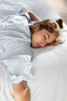 Donna del colpo medio che dorme