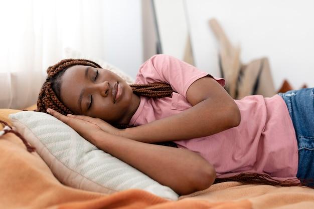 Colpo medio donna che dorme