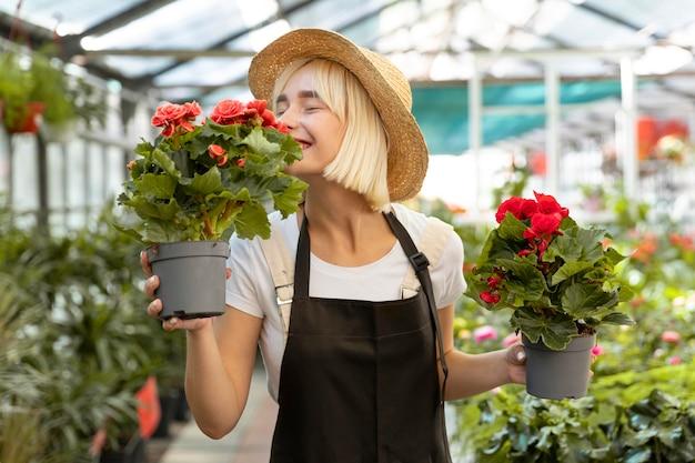 꽃 냄새를 맡는 미디엄 샷 여성