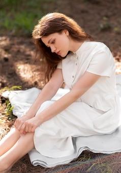 ミディアムショットの女性の持続可能なファッション
