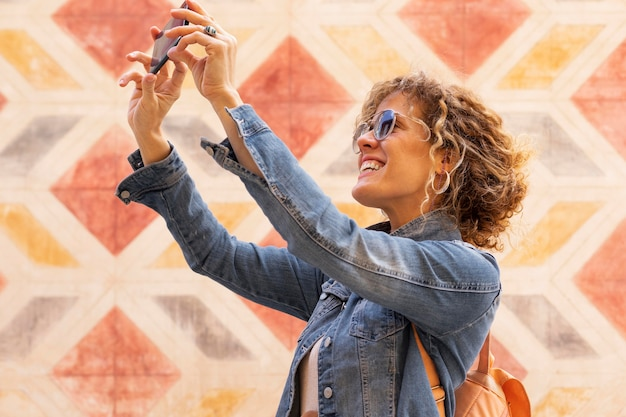 写真を撮るミディアムショットの女性