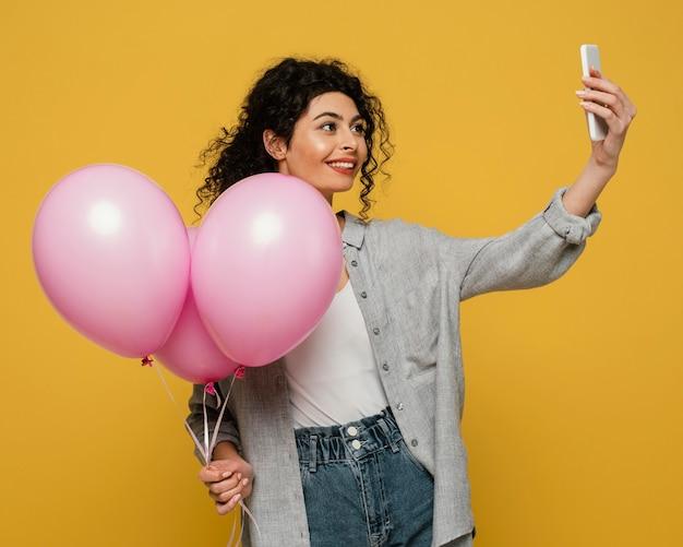Donna del colpo medio che cattura selfie