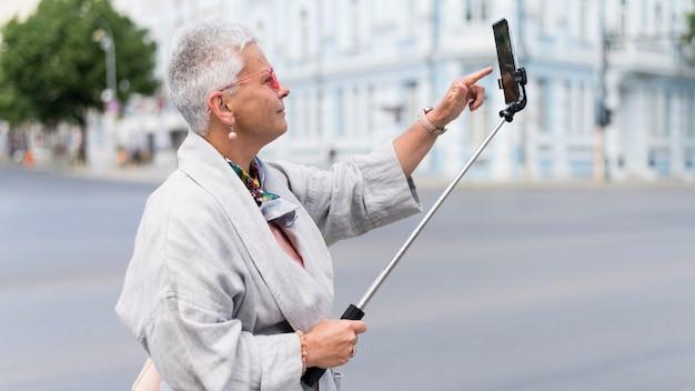 自撮りをするミディアムショットの女性