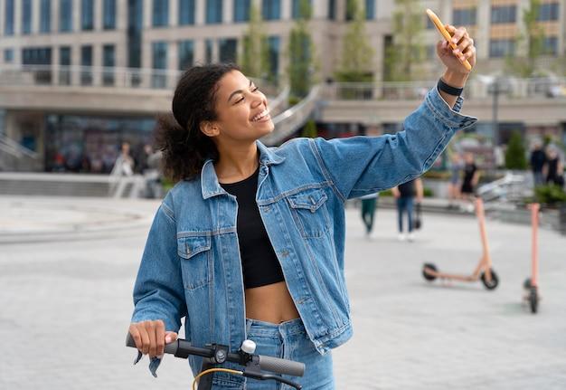 自撮り写真を撮るミディアムショットの女性