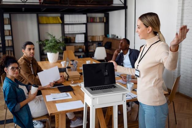 ビジネスを話すミディアムショットの女性