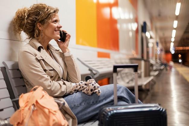 중간 샷 여자 전화 통화 무료 사진