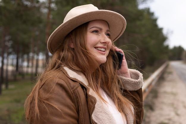 Donna del colpo medio che parla sul telefono