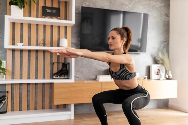 Donna di tiro medio che si allena a casa