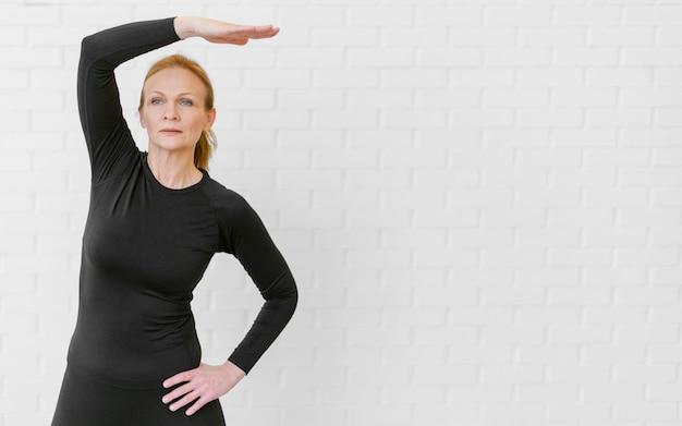 Тренировка женщины среднего кадра с копией пространства