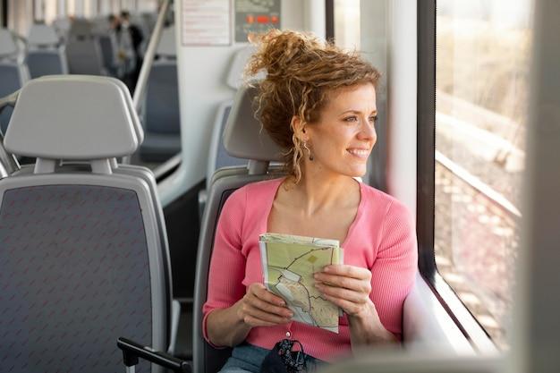 기차로 여행하는 중간 샷 여자