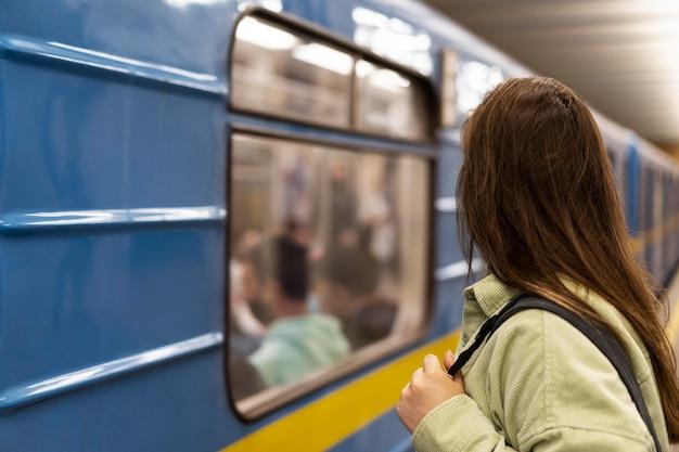 地元を旅するミディアムショットの女性