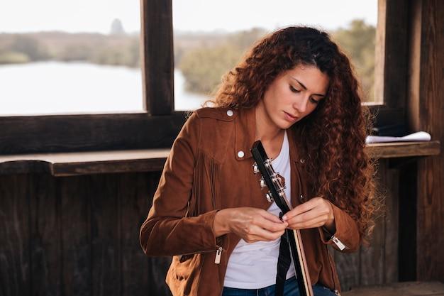 중간 샷 여자 기타 튜닝