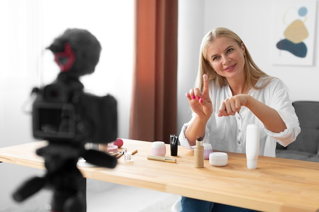 クリームを使用したミディアムショットの女性
