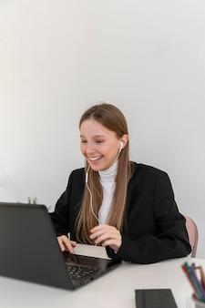 Женщина среднего кадра видеозвонка на работе