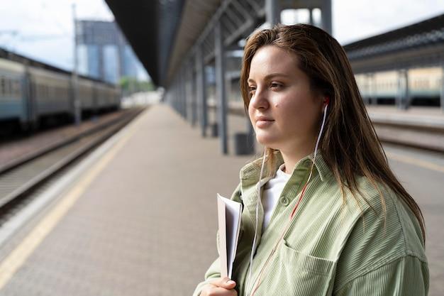 기차를 기다리는 중간 샷 여자