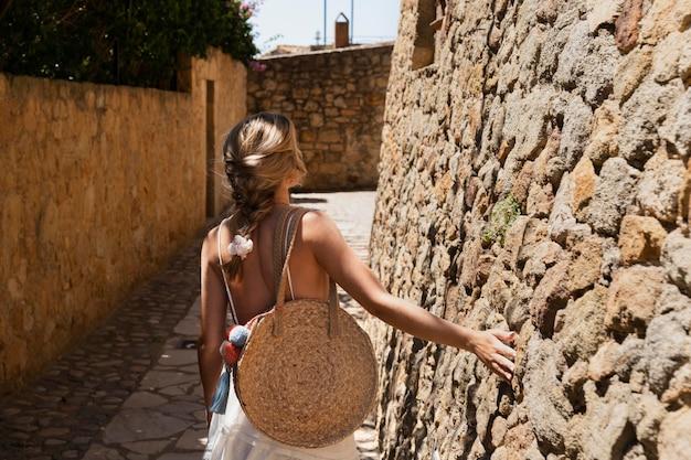 걷는 미디엄 샷 여성