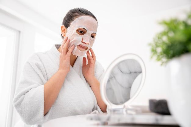 Colpo medio donna che indossa la maschera per il viso
