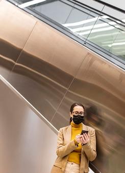 フェイスマスクを着用したミディアムショットの女性