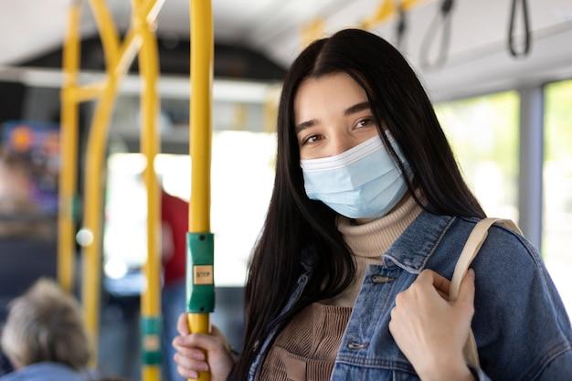 フェイスマスクをしたミディアムショットの女性