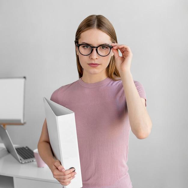 Среднего выстрела женщина в очках